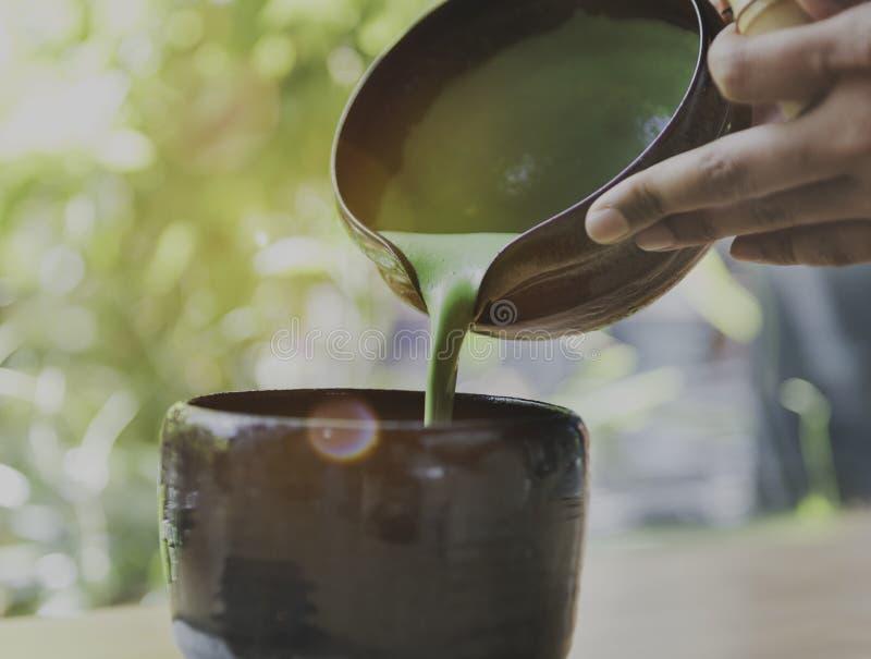 Concepto de colada de Matcha de la frescura aromática de la bebida del té imagenes de archivo