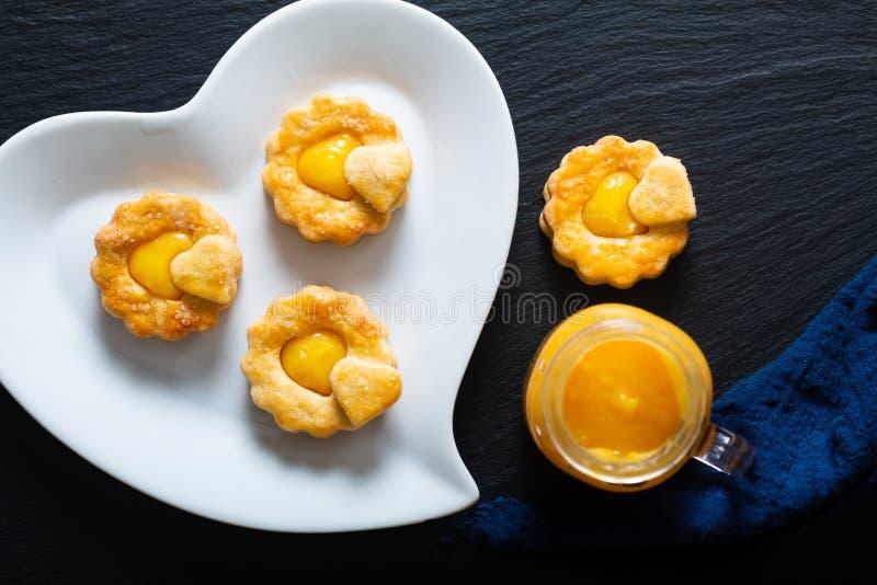 Concepto de comida de San Valentín concepto rústico casero galletas de pan de limón curado en negro imagenes de archivo
