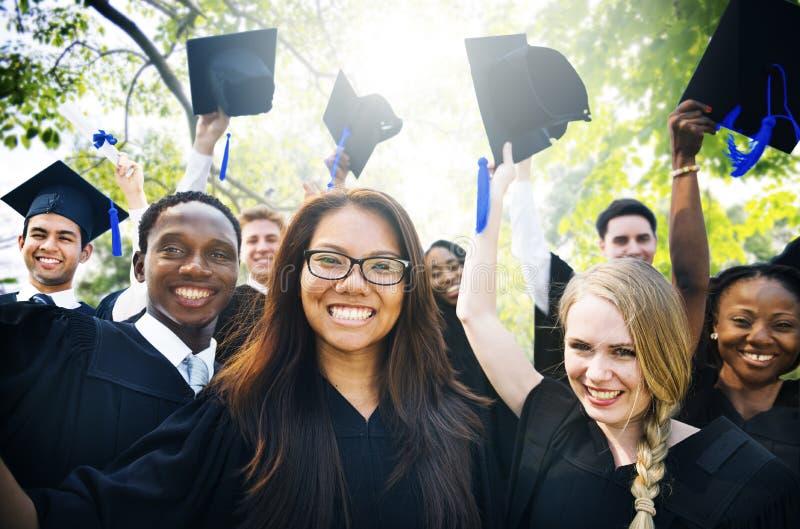Concepto de Commencement University Degree del estudiante de la graduación fotos de archivo
