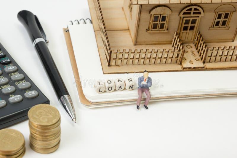 Concepto de compra y de seguro de la vivienda Tabla del escritorio de oficina con la opinión superior de las fuentes Calculadora  imagen de archivo