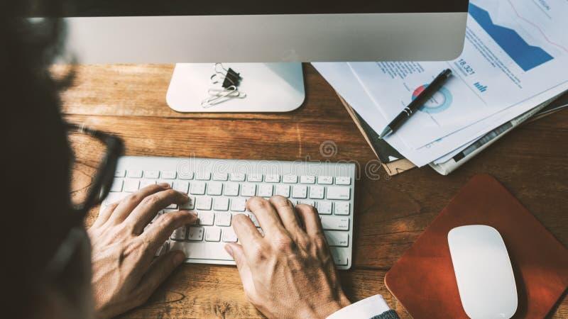 Concepto de Computer Keyboard Working del hombre de negocios foto de archivo libre de regalías