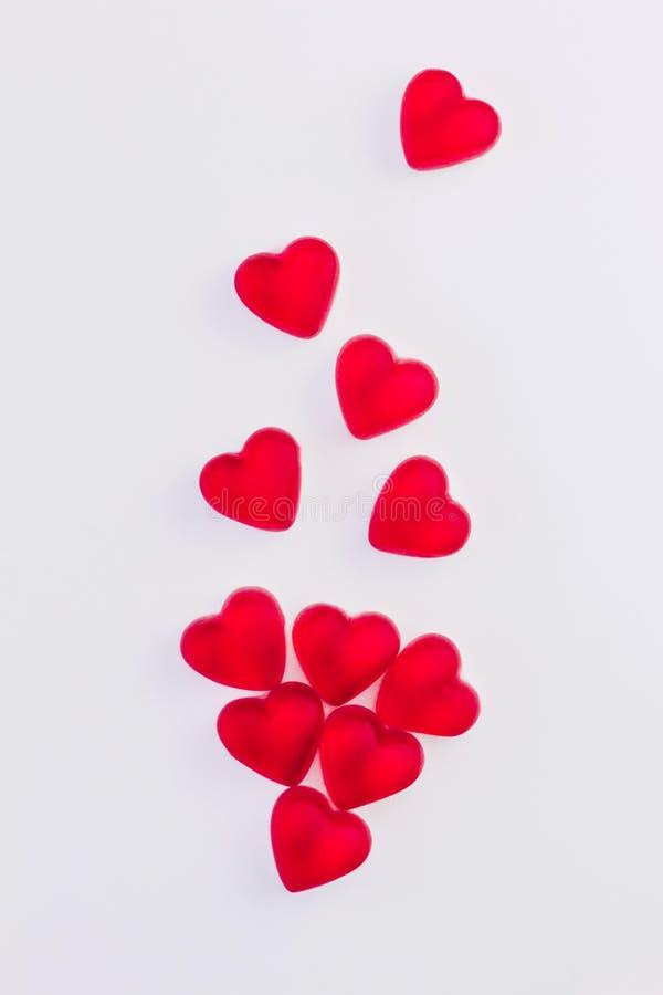 Concepto de corazones que caen hechos de los dulces rojos en forma de corazón de la jalea en fondo blanco aislado Visión superior ilustración del vector