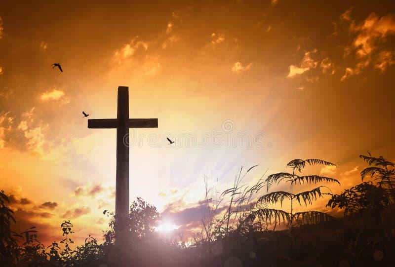 Concepto de Cristo Jesús: cruz por la mañana en la salida del sol imagenes de archivo
