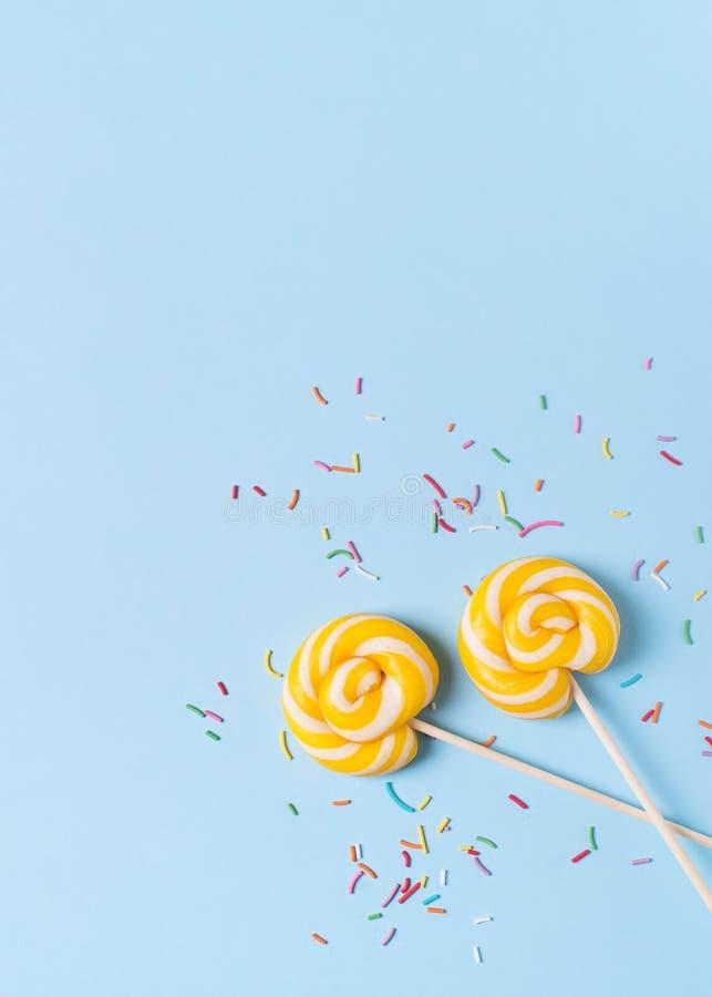 Concepto de cumpleaños y de partido con la piruleta en bakground en colores pastel azul foto de archivo libre de regalías
