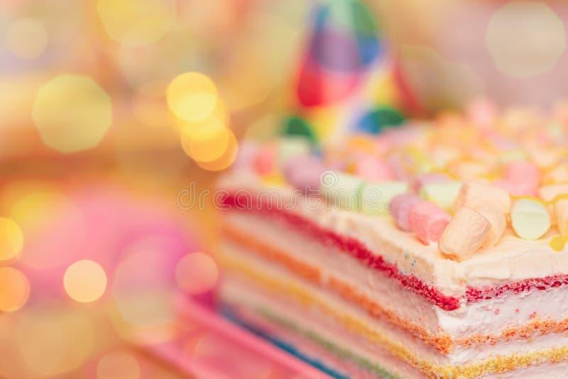 Concepto de día de fiesta o de cumpleaños Pastel de capas multicolor cinco con la melcocha coloreada en las luces superiores y de fotos de archivo libres de regalías