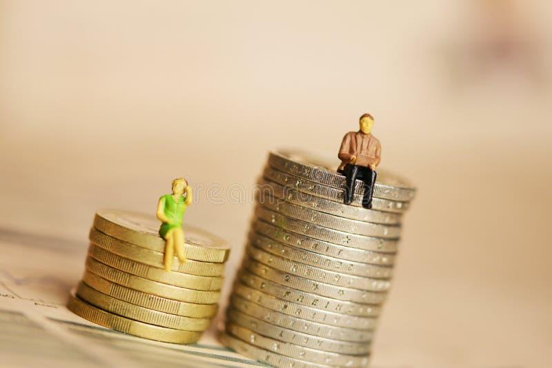 Concepto de desigualdad del g?nero en ganancias o renta del sueldo fotografía de archivo