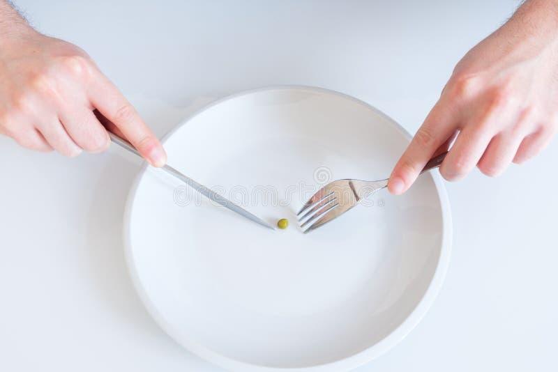 Concepto de dieta con un plato casi vacío fotografía de archivo