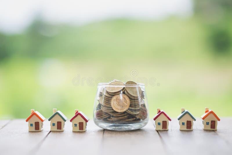 Concepto de dinero de ahorro para la casa, de dinero de los ahorros para la casa de la compra y de pr?stamo al concepto del estad imágenes de archivo libres de regalías