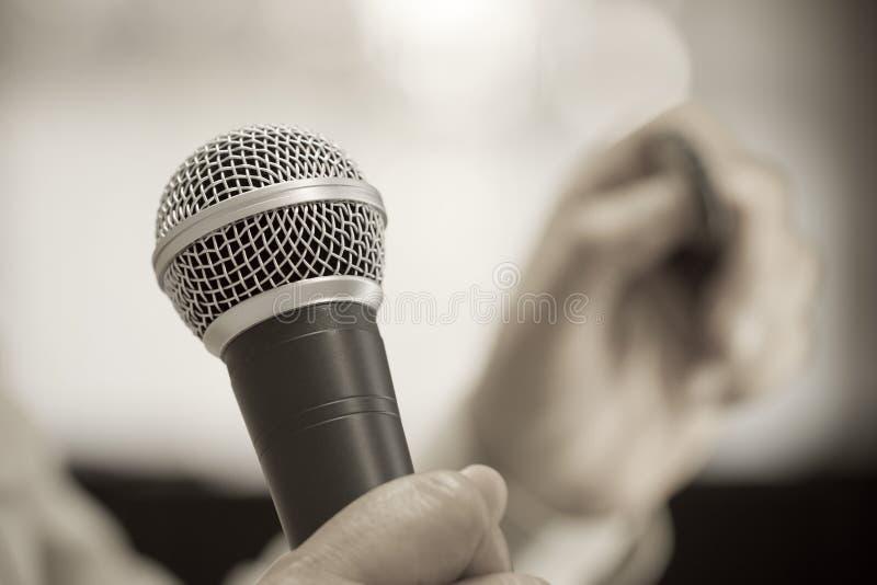 Concepto de discurso de la conferencia del seminario: Micrófono del discurso en sala de seminarios o fondo de discurso del bokeh  fotos de archivo