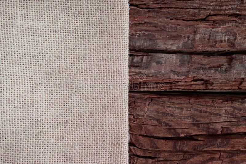Concepto de diseño de la tarjeta de felicitación de Season's Paño beige en un fondo de madera rojo grueso con el espacio de la  fotografía de archivo