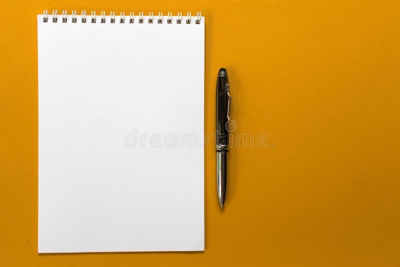 Concepto de diseño - vista superior de una colección espiral del cuaderno y de las plumas de la escuela en un fondo azul marino imágenes de archivo libres de regalías