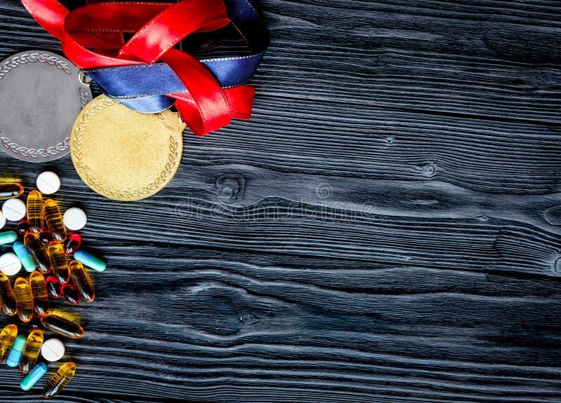 Concepto de doping en el deporte - opinión superior de las medallas de la privación foto de archivo