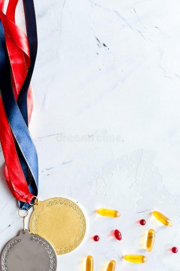 Concepto de doping en el deporte - opinión superior de las medallas de la privación imagen de archivo libre de regalías