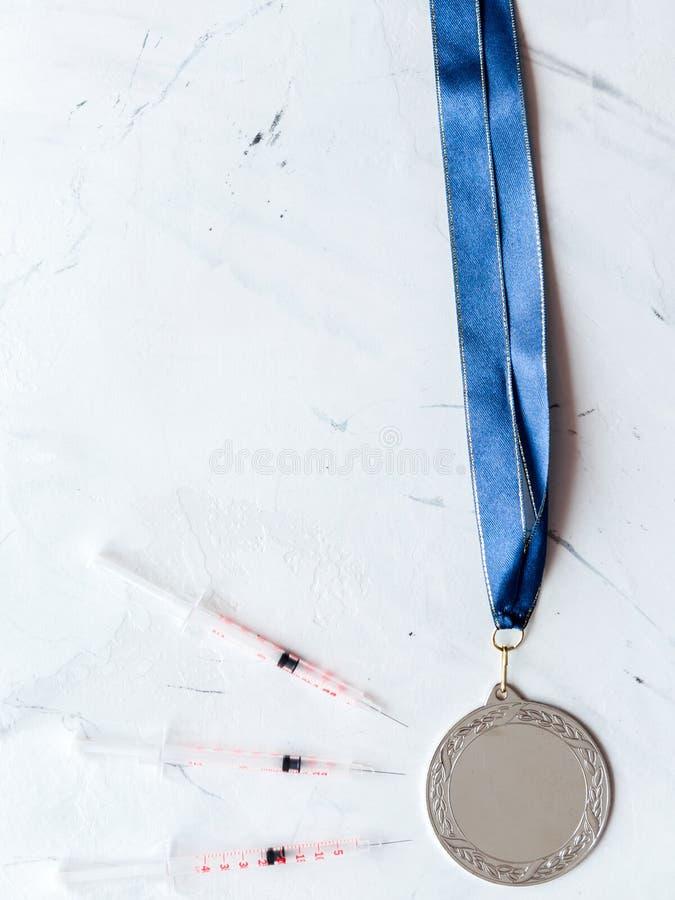 Concepto de doping en el deporte - opinión superior de las medallas de la privación foto de archivo libre de regalías