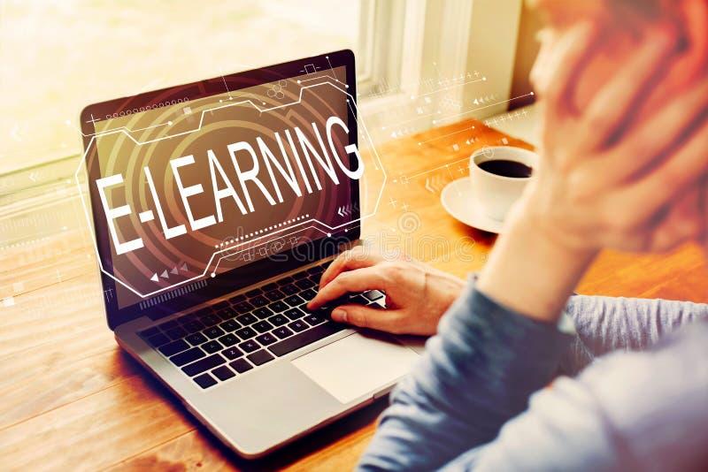 Concepto de e-learning con el hombre utilizando una laptop imagen de archivo libre de regalías
