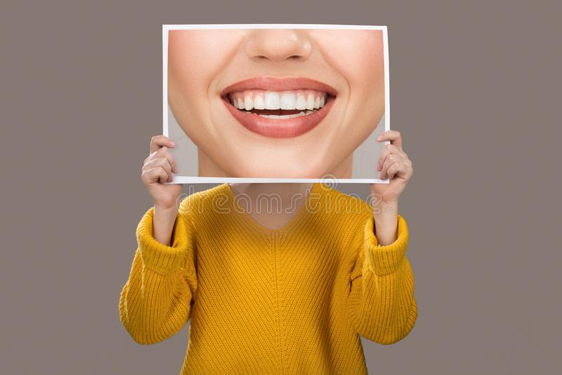 Concepto de emociones Una mujer con dientes hermosos encantadores odontología imagenes de archivo