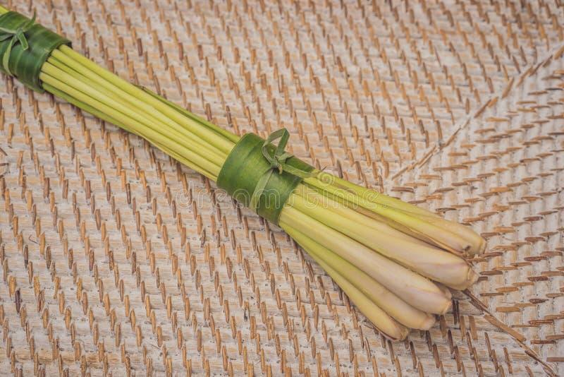 Concepto de empaquetado del producto respetuoso del medio ambiente El Cymbopogon envolvió en una hoja del plátano, como alternati imagenes de archivo