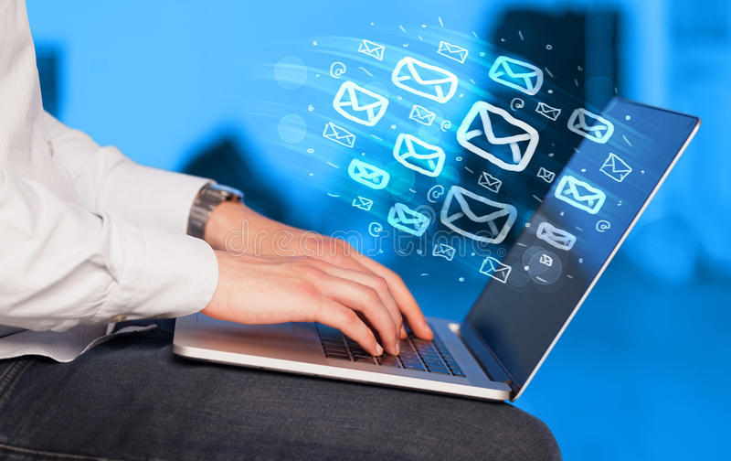 Concepto de enviar email imágenes de archivo libres de regalías