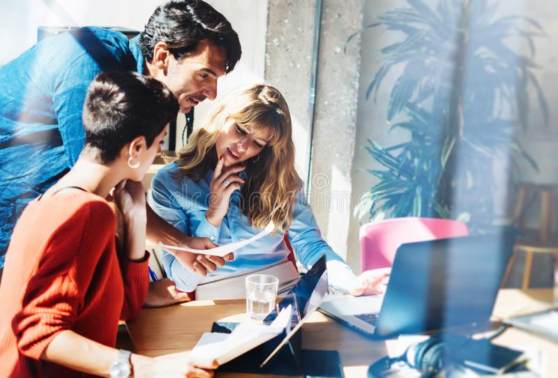 Concepto de equipo del negocio en el proceso de trabajo Trabajo joven de los profesionales con proyecto del nuevo mercado Encuent foto de archivo libre de regalías