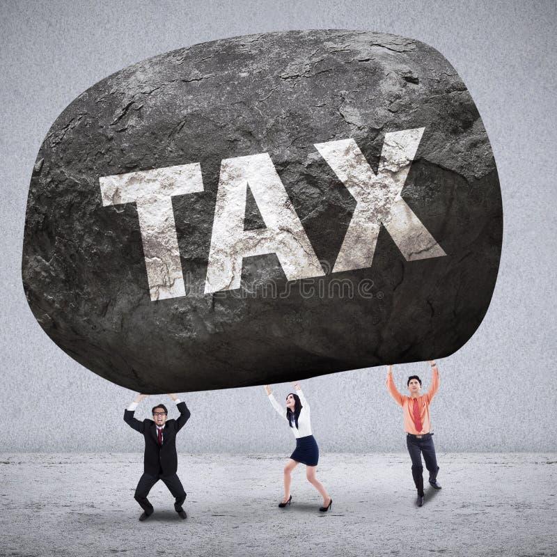 Concepto de equipo del negocio que consigue impuestos del peso imagen de archivo