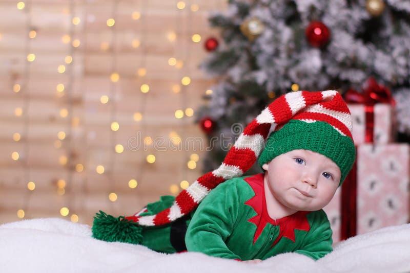 Concepto de familia El bebé miente en su estómago fotos de archivo libres de regalías