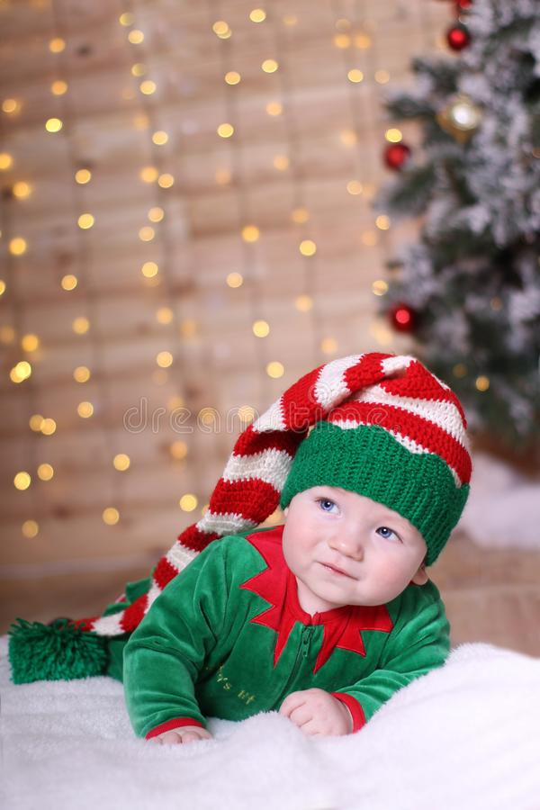 Concepto de familia El bebé miente en su estómago fotografía de archivo libre de regalías