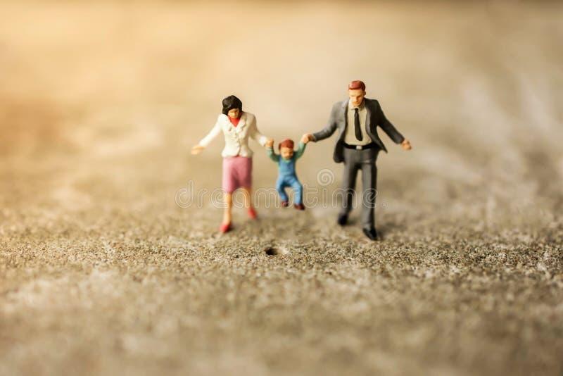 Concepto de familia feliz Figura miniatura del padre, de la madre y del hijo imagen de archivo libre de regalías