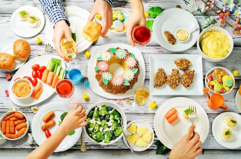 Concepto de familia de la celebración del plato principal de Pascua de la primavera imagenes de archivo