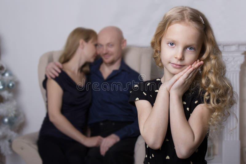 Concepto de familia Retrato de una muchacha linda en el fondo de padres imágenes de archivo libres de regalías