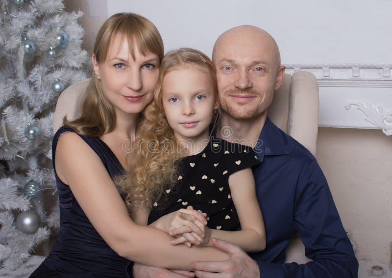 Concepto de familia Retrato de una muchacha linda en el fondo de padres fotografía de archivo libre de regalías