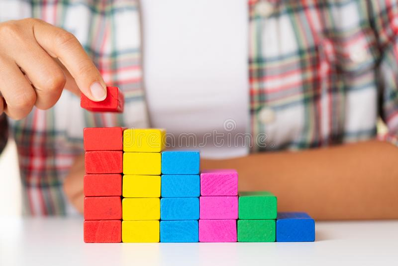 Concepto de fundación del éxito del edificio Las mujeres dan colorido puesta foto de archivo