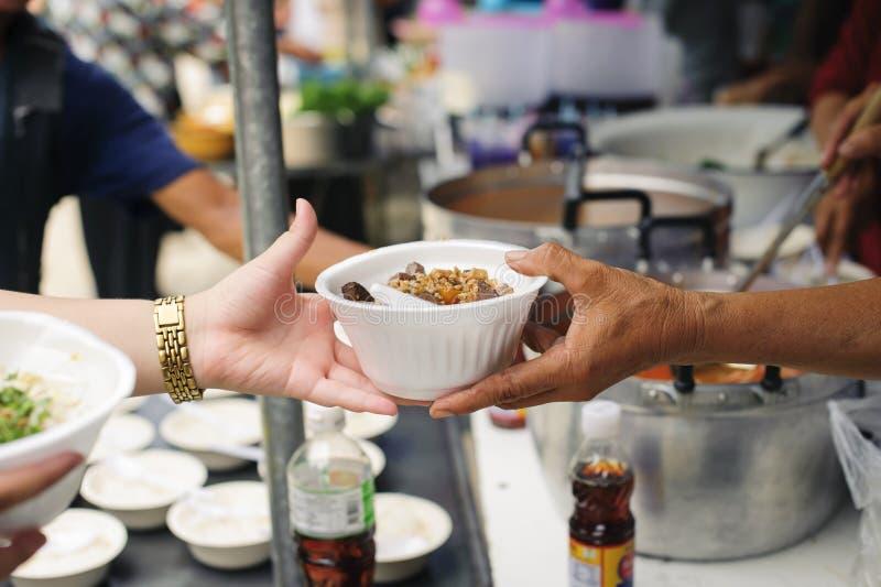Concepto de hambre y de desigualdad social: comida de alimentación para el concepto de la pobreza del mendigo: La sociedad de la  imagen de archivo
