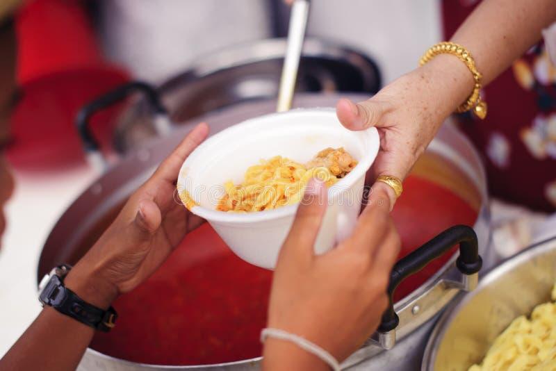 Concepto de hambre y de desigualdad social: comida de alimentación para el concepto de la pobreza del mendigo: La sociedad de la  imagen de archivo libre de regalías