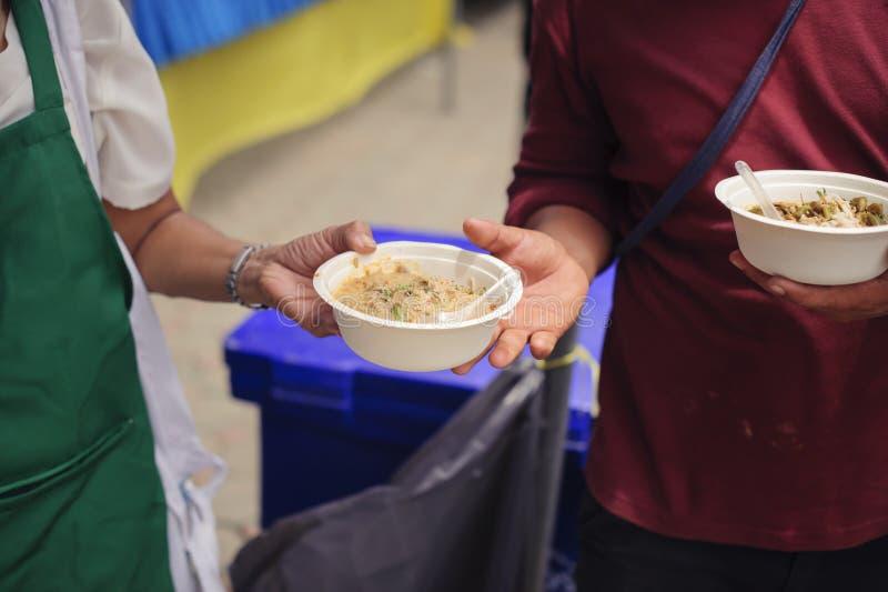 Concepto de hambre y de desigualdad social: comida de alimentación para el concepto de la pobreza del mendigo: La sociedad de la  imágenes de archivo libres de regalías