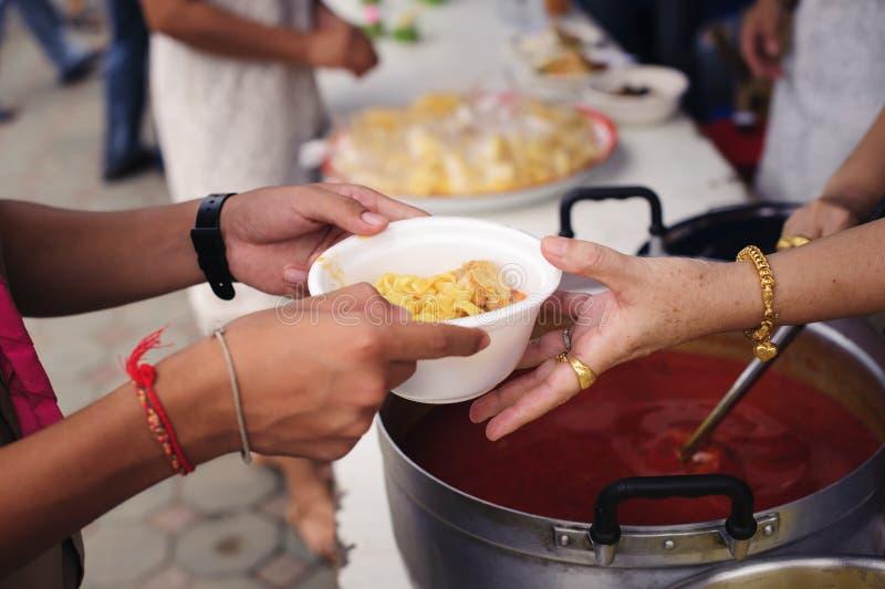 Concepto de hambre y de desigualdad social: comida de alimentación para el concepto de la pobreza del mendigo: La sociedad de la  imagenes de archivo