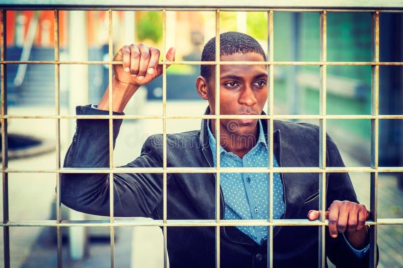 Concepto de hombre afroamericano joven que busca la libertad en nuevo imagen de archivo libre de regalías