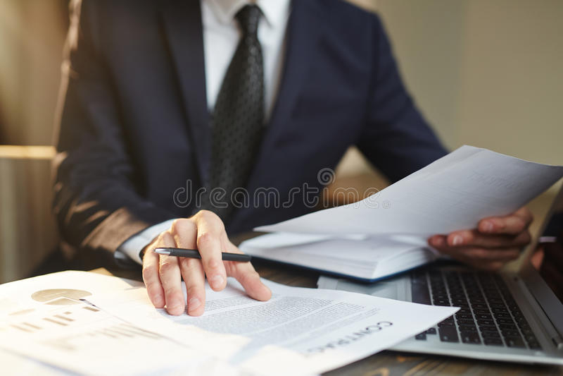 Concepto de hombre de negocios acertado imagenes de archivo