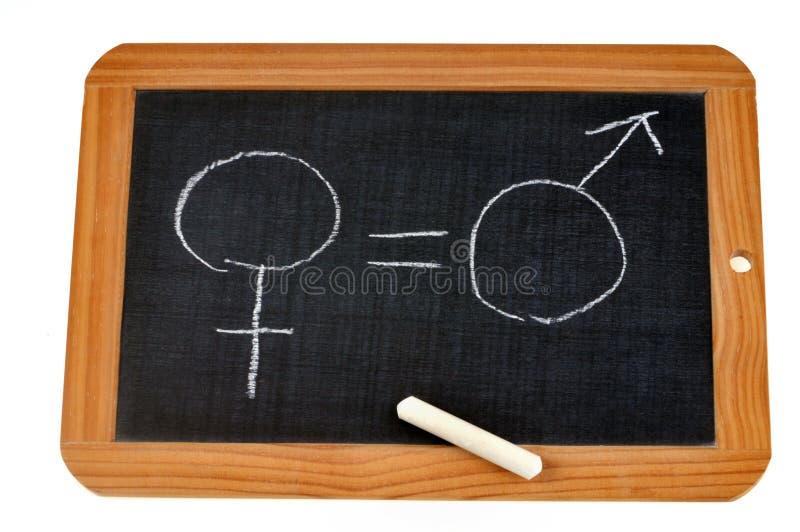 Concepto de igualdad de género con una pizarra de la escuela imagen de archivo