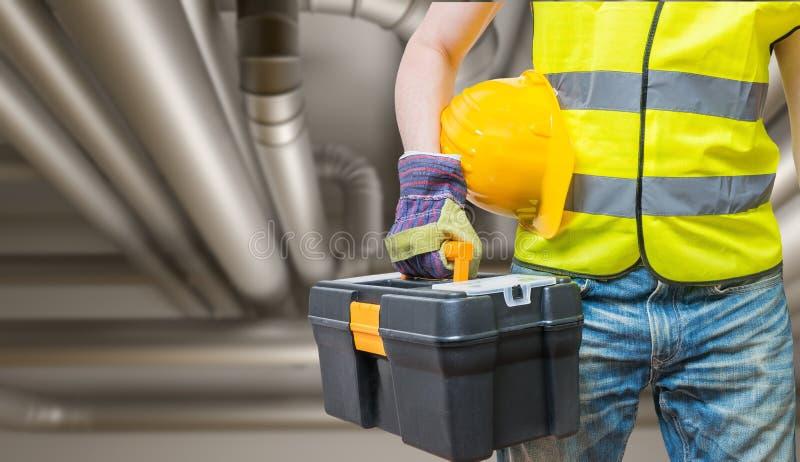 Concepto de Industriual Trabajador con las herramientas y las tuberías en fondo fotos de archivo
