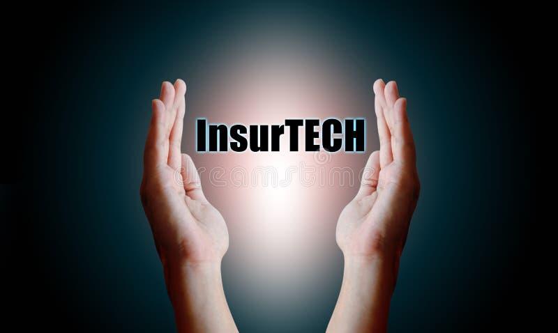 Concepto de Insurtech de la tecnología del seguro, tenencia humana de la mano y foto de archivo libre de regalías