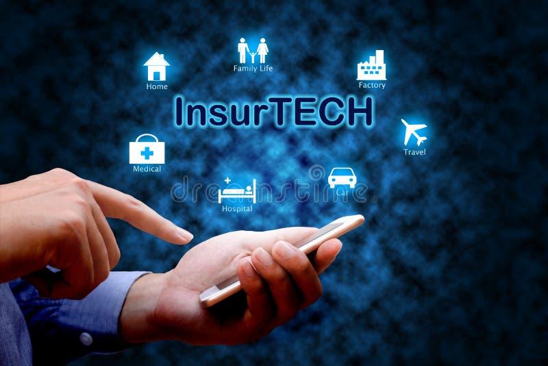 Concepto de Insurtech de la tecnología del seguro, mano humana usando elegante imagen de archivo libre de regalías