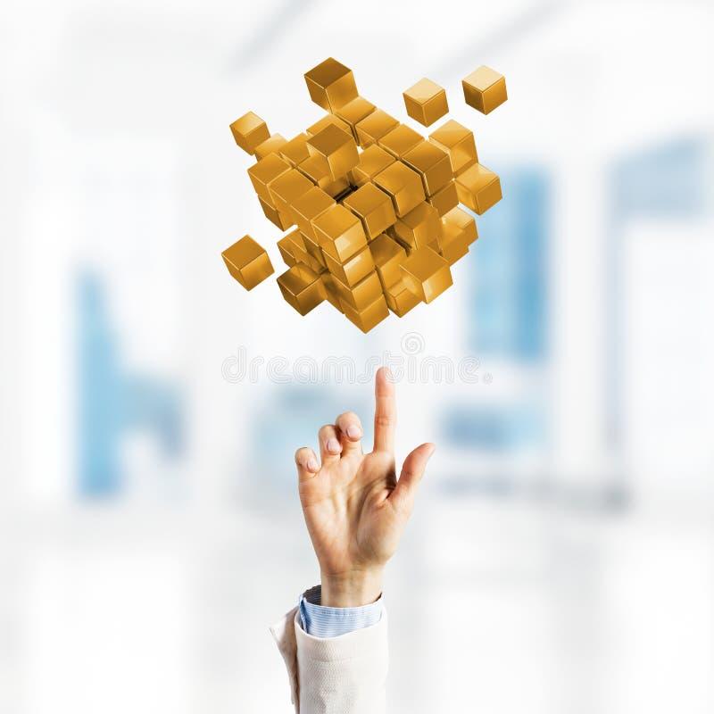 Concepto de integración y de innovación de la tecnología presentadas por la figura del cubo Técnicas mixtas imágenes de archivo libres de regalías