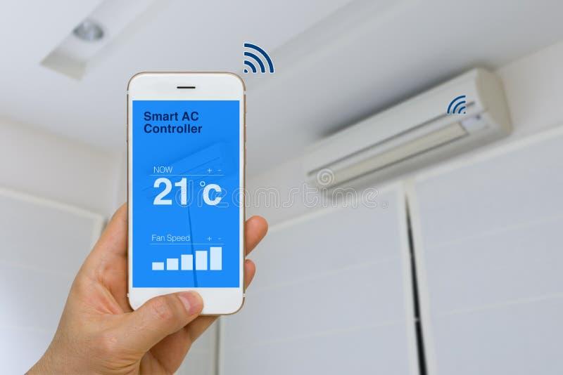Concepto de IOT, acondicionador de aire elegante remotamente que controla con el App imagen de archivo