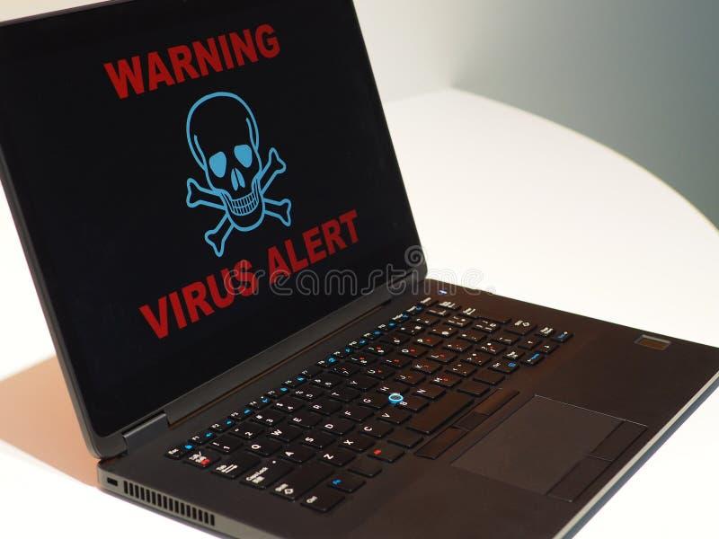 Concepto de la alarma del virus de ordenador Cuidado en el ordenador portátil imágenes de archivo libres de regalías