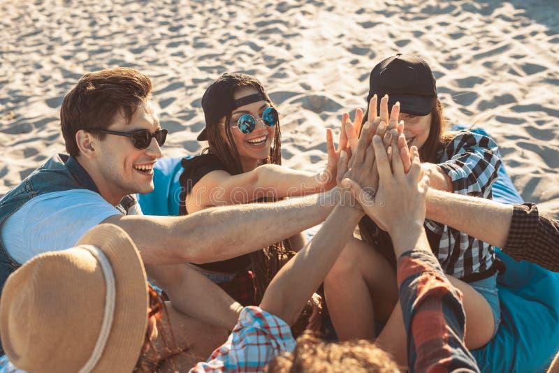 Concepto de la amistad Amigos felices que dan el alto cinco el uno al otro fotos de archivo