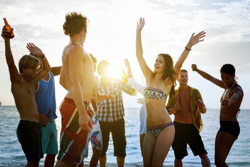 Concepto de la amistad de la muchedumbre del día de fiesta de la unidad de la playa foto de archivo