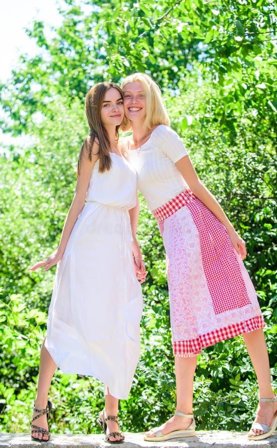 Concepto de la amistad Relaciones amistosas Vacaciones de verano del resto del verano y relajarse Revelación y sinceridad Juventu imágenes de archivo libres de regalías