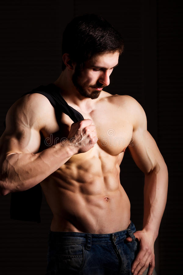 Concepto de la aptitud Torso muscular y atractivo del hombre joven que tiene trozo masculino perfecto del ABS, del bíceps y del p imágenes de archivo libres de regalías