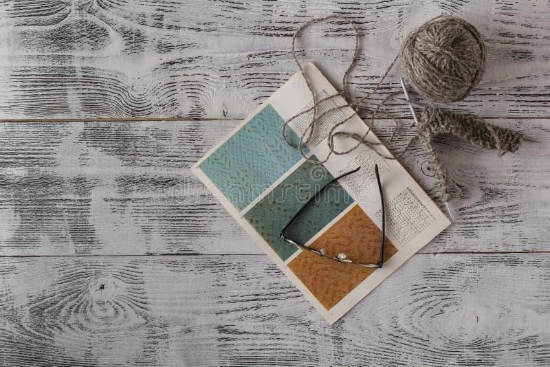 Concepto de la artesanía y de la costura - agujas que hacen punto y bolas o fotos de archivo