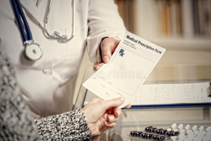 Concepto de la atención sanitaria del doctor y del paciente foto de archivo